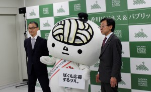 板倉委員長(右)、うどん脳(中)、高木事務局長(左)